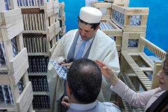 Suddart présente ses carreaux de ciment au ministre du Commerce